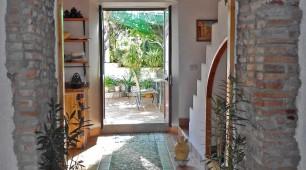 Arco de piedra entre cocina y salón