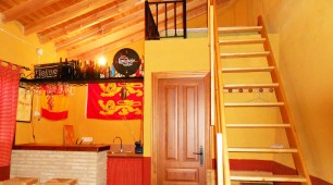 Interior antiguo establo cocina y cama en altura